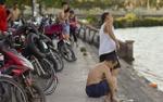 Người Hà Nội đổ xô đi tắm hồ Tây giải nhiệt ngày nắng nóng đỉnh điểm