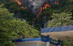 Núi đá bất ngờ bốc cháy dữ dội sau cây xăng, người dân hốt hoảng