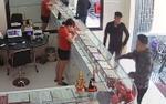 Bắt 2 nam thanh niên mang dây chuyền giả vào tiệm vàng để bán