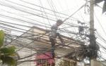 Giải cứu thanh niên nghi ngáo đá trèo lên cột điện la hét 'xuống đất sợ bị giang hồ chém'