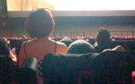 Ngán ngẩm với bức ảnh cô gái vô tư ngồi lên đùi bạn trai trong rạp chiếu phim, che khuất tầm nhìn của tất cả người ngồi sau