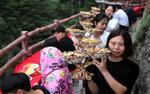 Ngồi ăn buffet sang chảnh trên vách núi cao 2100 m