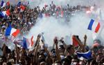 Cận cảnh người dân Pháp ăn mừng chức vô địch World Cup