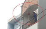 Cầm dao đuổi chém vợ bất thành, người đàn ông trèo lên tòa nhà đập phá rồi ném đồ đạc xuống đường