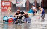 Người dân Philippines oằn mình với ngập lụt vì bão Sơn Tinh
