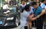 Thấy chồng và nhân tình trong ô tô, người vợ nhảy lên mui xe đánh ghen