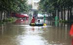 Sau nửa ngày ngập lụt, đại lộ Thăng Long vẫn chưa rút nước
