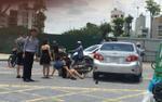 'Quái xế' kẹp 3 chân dài không mũ bảo hiểm tông móp sườn ô tô