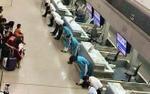 Hot trên mạng xã hội: Nhân viên hàng không cúi gập mình chào hành khách khiến nhiều người hết lòng tán thành