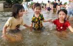 Mưa ngập ở Hà Nội: Trẻ em vùng vẫy bơi lộ ngay giữa đường… quốc lộ