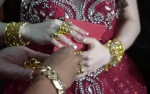 Nhà chồng ngang nhiên 'trấn lột' vàng của nàng dâu mới ngay tại hôn trường gây tranh cãi