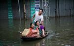 Ngoại thành Hà Nội ngập trong biển nước, người dân phải dùng thuyền để di chuyển