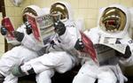 Các nhà du hành nói chuyện kiểu gì trong môi trường vũ trụ không truyền được âm thanh?