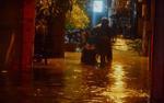 Mưa lớn đúng lúc tan sở, người Hà Nội đánh vật cả tiếng để di chuyển 5km từ cơ quan về nhà