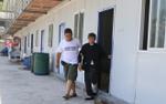 Người con có hiếu đưa mẹ già vượt 30 km mỗi ngày tới chỗ làm để tiện bề chăm sóc