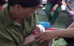 Phát hiện bé trai sơ sinh kháu khỉnh bị bỏ rơi trong túi nilon