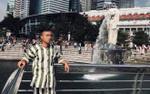 Thanh niên mặc đồ kẻ sọc giống quần áo phạm nhân check-in ở Singapore khiến dân mạng thảng thốt