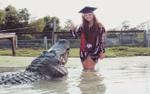 Nữ sinh gây sốc khi chụp ảnh cùng cá sấu gần 4 m mừng ngày tốt nghiệp
