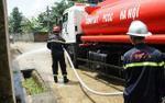 Dùng xe cứu hỏa phun nước vệ sinh sau lũ giúp dân Chương Mỹ
