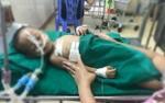 Nghịch súng bóp cò, bé trai 19 tháng tuổi bị đạn găm trúng ngực phải