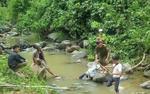 Phát hiện người đàn ông nằm chết bất thường giữa dòng suối