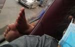 Ám ảnh với 'đôi bàn chân' bất ngờ xuất hiện ngay cạnh mặt trên chuyến xe đường dài, dân mạng đồng loạt hiến kế