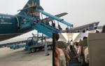 Bị delay 2,5 tiếng, hành khách lại tiếp tục mệt mỏi nôn ói khi máy bay Vietnam Airlines rung lắc do ảnh hưởng bão số 4
