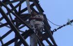 Người đàn ông trèo lên đỉnh trụ điện cao thế cao gần 50m đứng múa
