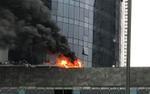 Cháy lớn bảng điện điều hòa tại tòa nhà FLC, cột khói bốc cao hàng chục mét