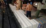 CSGT TP.HCM vây bắt 2 anh em ruột buôn lậu trốn trong bãi cỏ