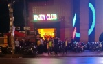 Mâu thuẫn tại quán bar, 2 nhóm thanh niên cầm hung khí lao vào hỗn chiến