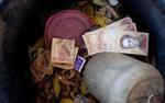 Mắc kẹt trong lạm phát phi mã, người dân Venezuela vứt tiền vào sọt rác không thương tiếc