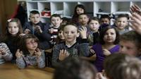 Xúc động trước tình cảm của cả lớp dành cho cậu bé học sinh khiếm thính