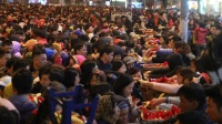 Hàng nghìn người chen nhau xin lộc cầu an ở chùa Phúc Khánh