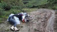 Hình ảnh cô giáo trẻ vùng cao ngã xuống bùn lầy trên đường đến trường khiến nhiều người rơi nước mắt