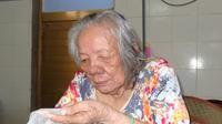 Cụ bà 84 tuổi bị bỏ rơi trong trời mưa gió: 'Cháu tôi đưa đi bằng xe hơi và cho 100.000 đồng'