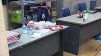Xót xa hình ảnh con trai sơ sinh của Bella nằm chỏng chơ trên bàn ở công an phường