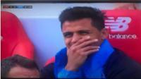 Sanchez che miệng cười cợt sau khi rời sân dù Arsenal thảm bại