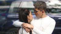 Mặc tin đồn đường ai nấy đi, Tim - Trương Quỳnh Anh ôm hôn tình tứ trên đường phố Hàn Quốc