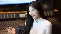 Hot girl áo dài bất ngờ khoe giọng hát 'ngọt lịm' khi cover Duyên phận