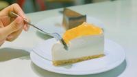 Thưởng thức bánh ngọt trong không gian trắng - đen tinh tế