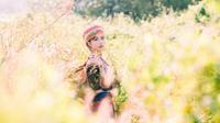 Bộ ảnh đẹp ngất ngây của 'cô gái Mèo' bên cánh đồng hoa tam giác mạch giữa lòng Sài Gòn