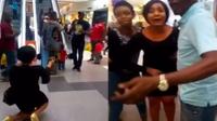 Quỳ gối cầu hôn bạn trai ở trung tâm thương mại, cô gái chỉ muốn 'độn thổ' vì bị phũ