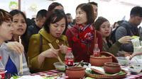 Vừa đứng vừa ăn vì không còn chỗ ngồi, người Hà Nội vẫn tỏ ra hào hứng với lễ hội ẩm thực đường phố