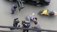 Người đàn ông đi ô tô bị hành hung giữa đường nghi do mâu thuẫn buôn bán đồ lót