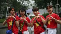 Bất chấp mưa rét, nhiều người đổ về bờ hồ Hoàn Kiếm chờ xem trận chung kết của U23 Việt Nam