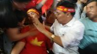Mẹ trung vệ Bùi Tiến Dũng ngất xỉu sau màn gỡ hòa của U23 Việt Nam