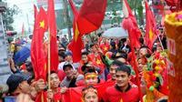 Hàng nghìn người hâm mộ đổ bộ về nhà tiền vệ Quang Hải reo hò trước giờ G