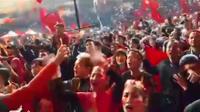 CĐV Việt Nam nán lại khán đài hát Chúc mừng sinh nhật sớm tặng thủ môn Bùi Tiến Dũng