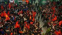 Người dân xứ Nghệ ra sân bay Vinh chăng băng rôn đón 4 cầu thủ U23 Việt Nam